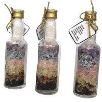 Fläschchen gefüllt mit Chakrasteinen, netto