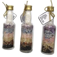 Fläschchen gefüllt mit Chakrasteinen